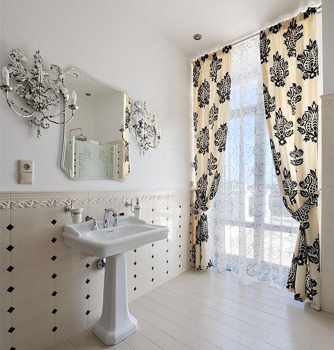 Украсить окно в ванной комнате можно при помощи красивых штор