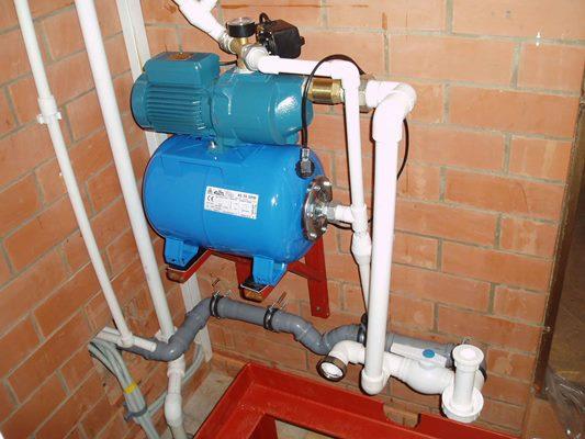 Облегчить подачу воды из колодца можно при помощи насосной станции