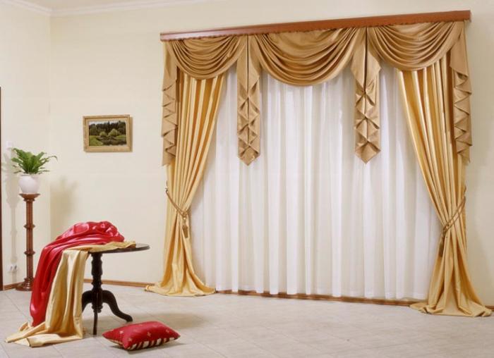 Сделать спальную комнату изысканной и неповторимой можно при помощи красивого ламбрекена