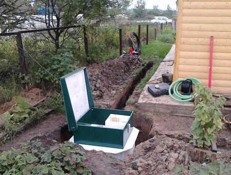 При сооружении канализации на даче следует учитывать количество людей, проживающих в доме