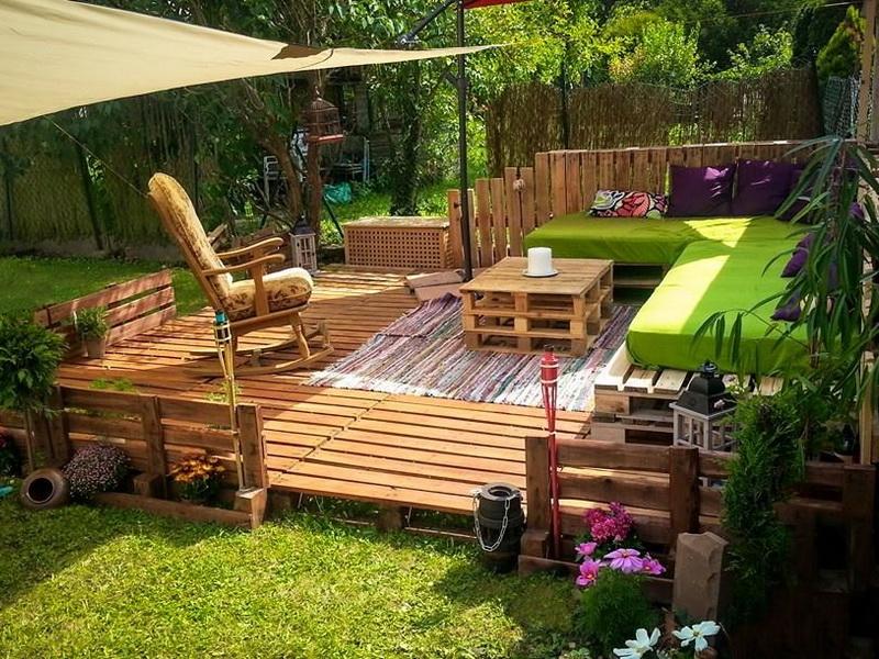 Деревянная терраса в саду