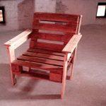 Красное кресло из паллет