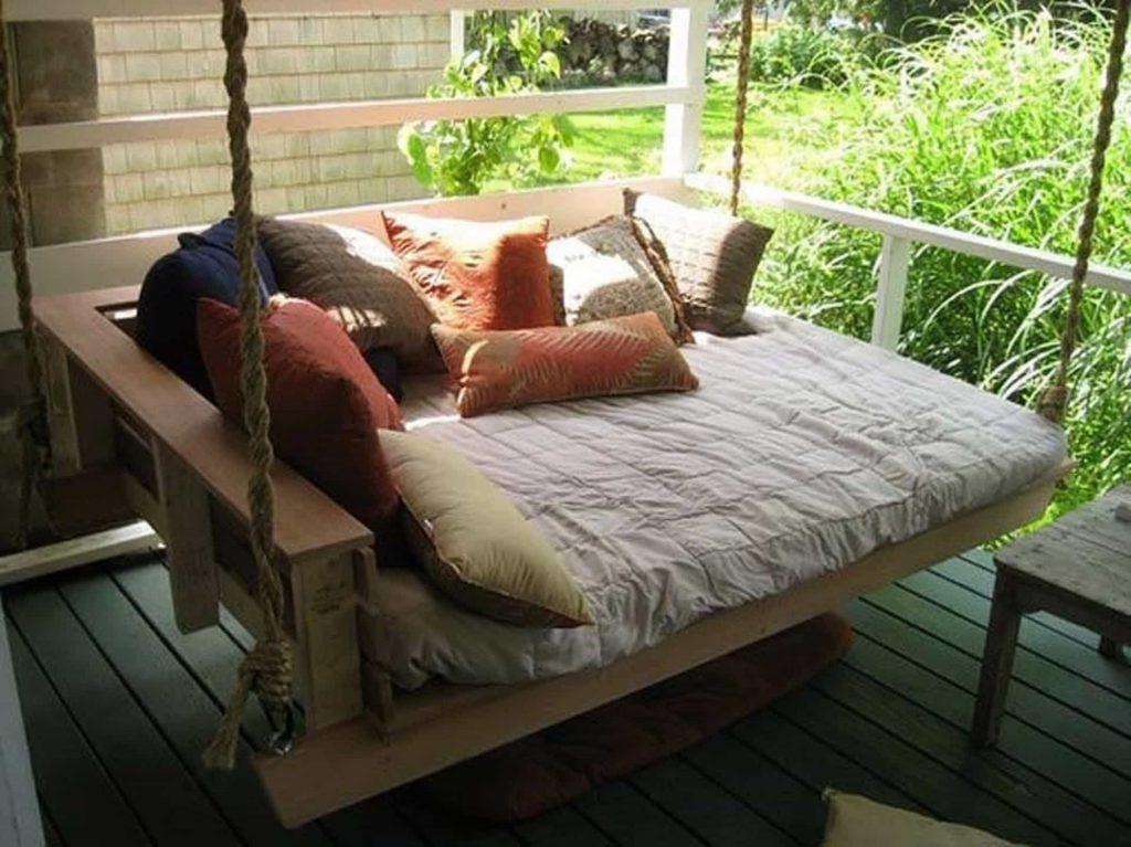 Подвесная кровать из паллет