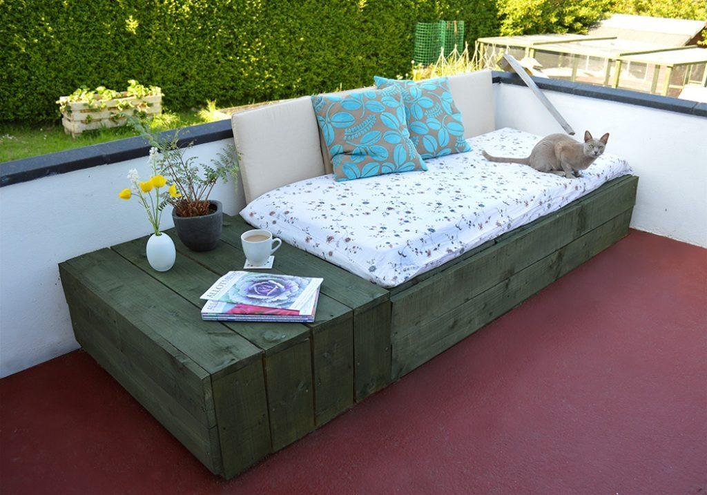 Кровать из поддона с подушками