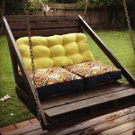 Подвесной диван из поддонов с подушками