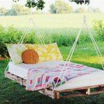 Подвесная кровать из паллет с матрасом
