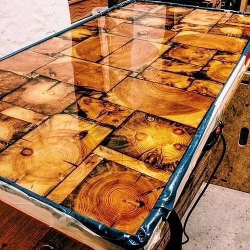 наборный стол из спилов и эпоксидной смолы