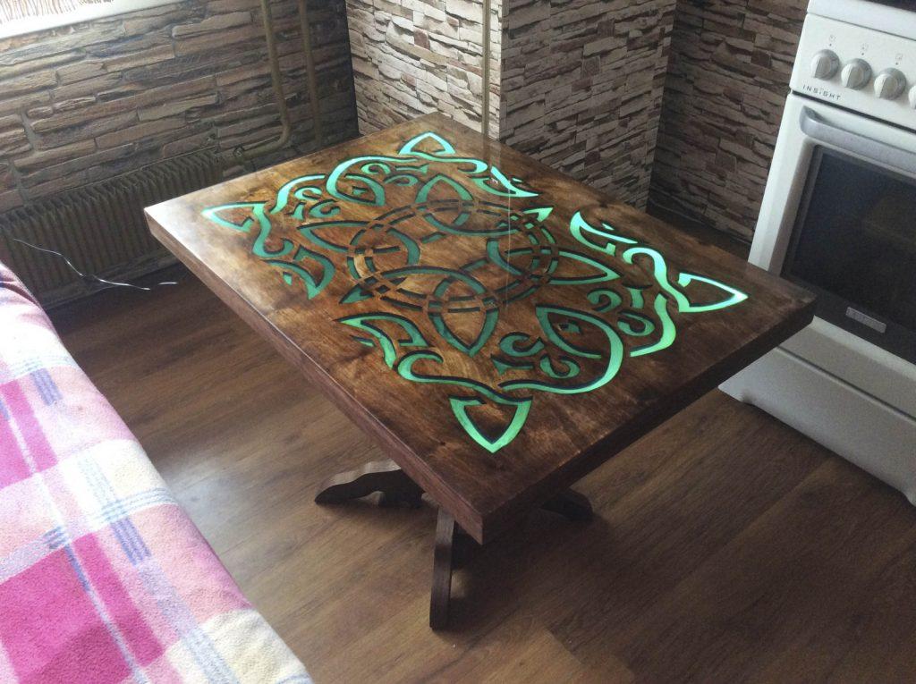 стол с узором, залитым смолой