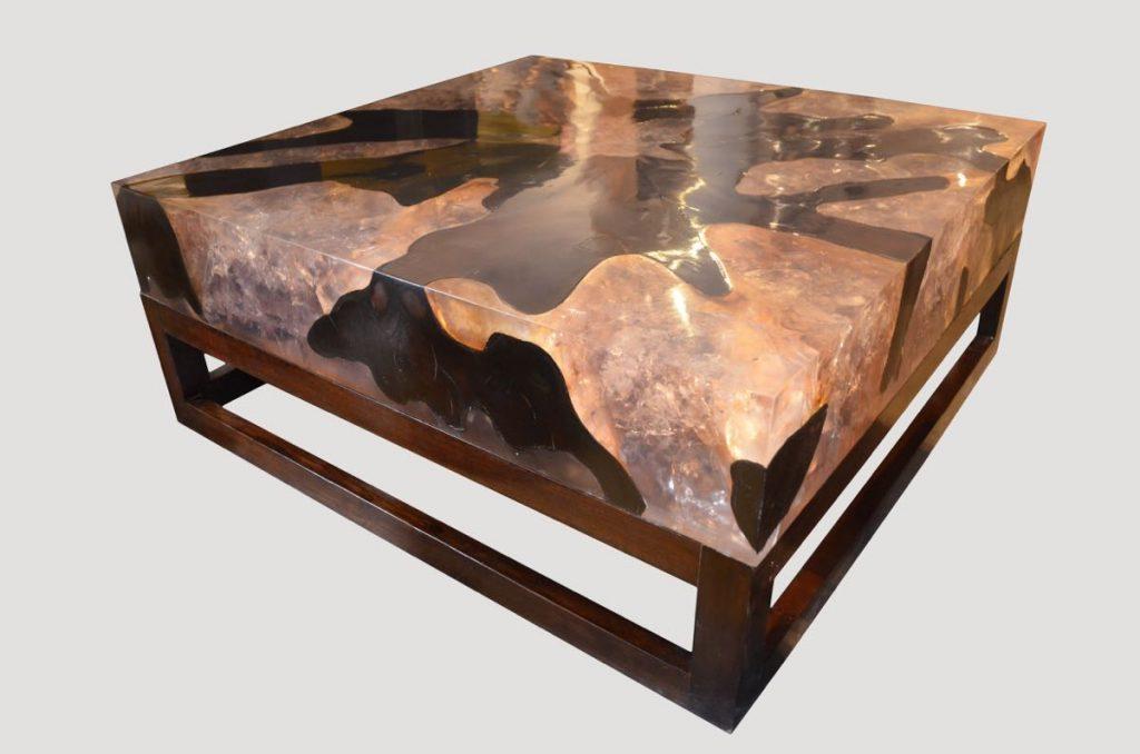 Журнальный столик с большим слоем смолы под камень