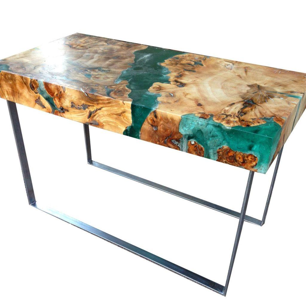 стол из дерева и смолы