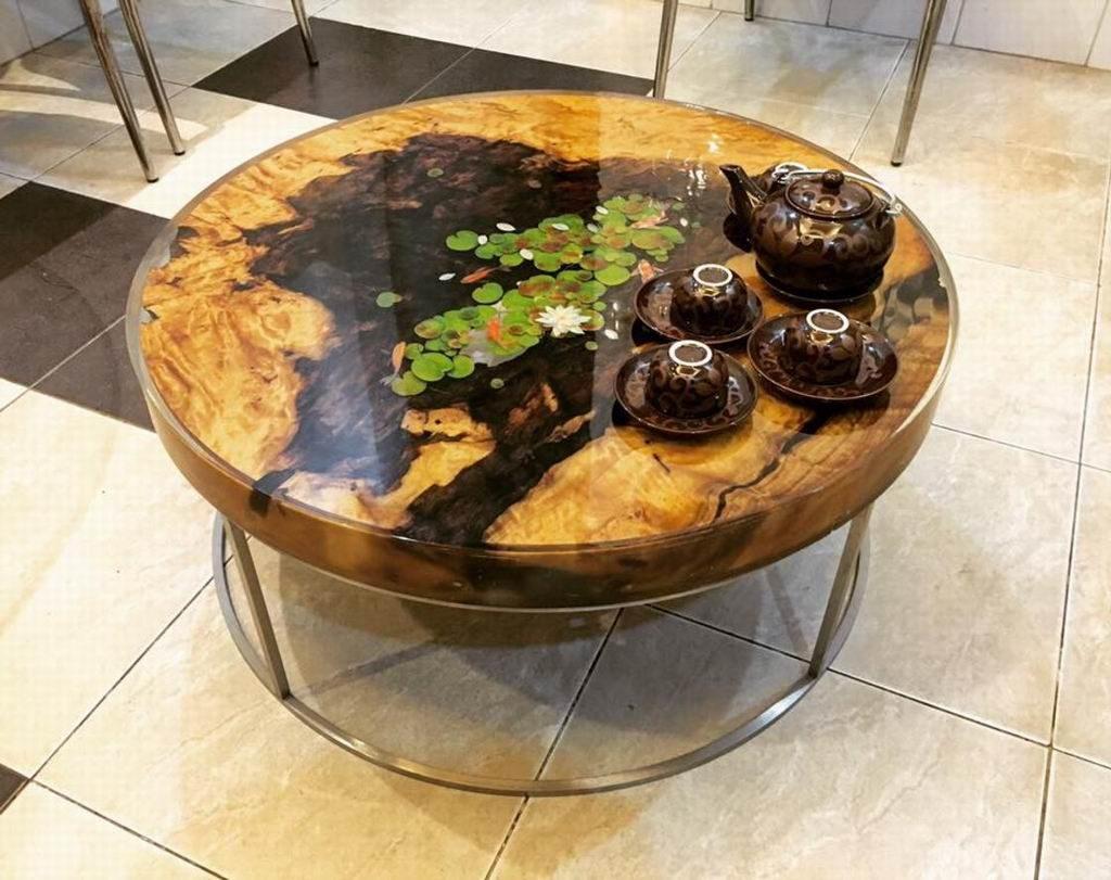 стол из дерева и смолы с кувшинками