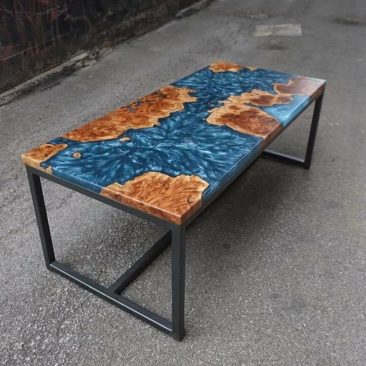 стол из дерева и смолы с эффектом волнения