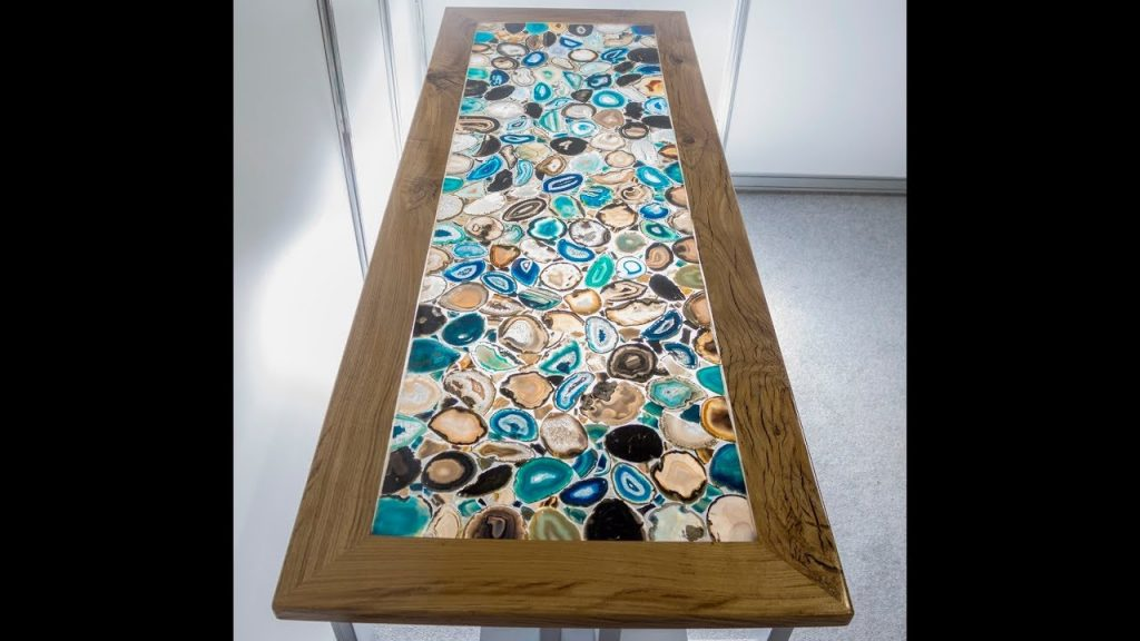 стол-мозаика из дерева и смолы