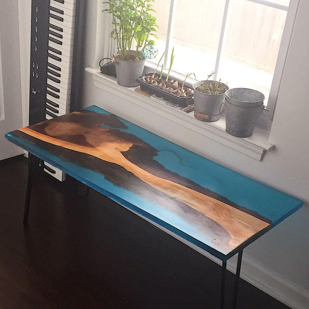 стол-имитация затонувшего дерева с голубой эпоксидкой