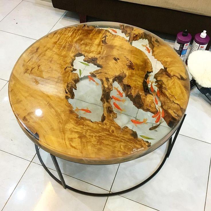 стол с имитацией аквариума с карпами