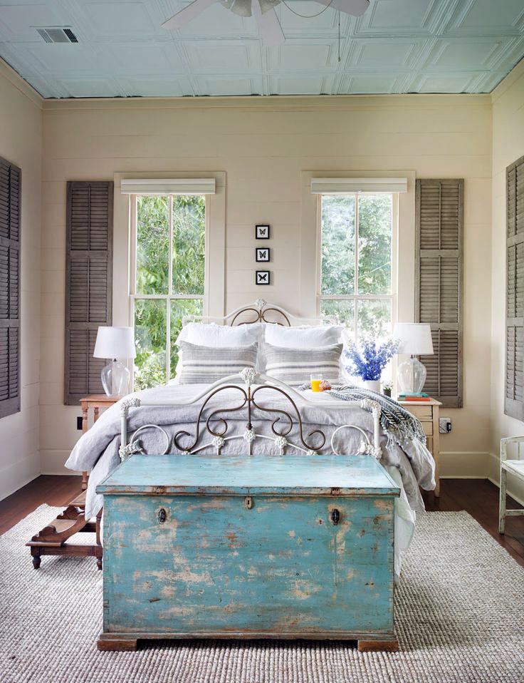 сундук в спальне