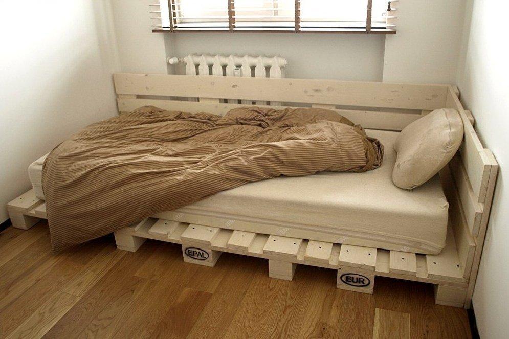 кровать из поддонов угловая