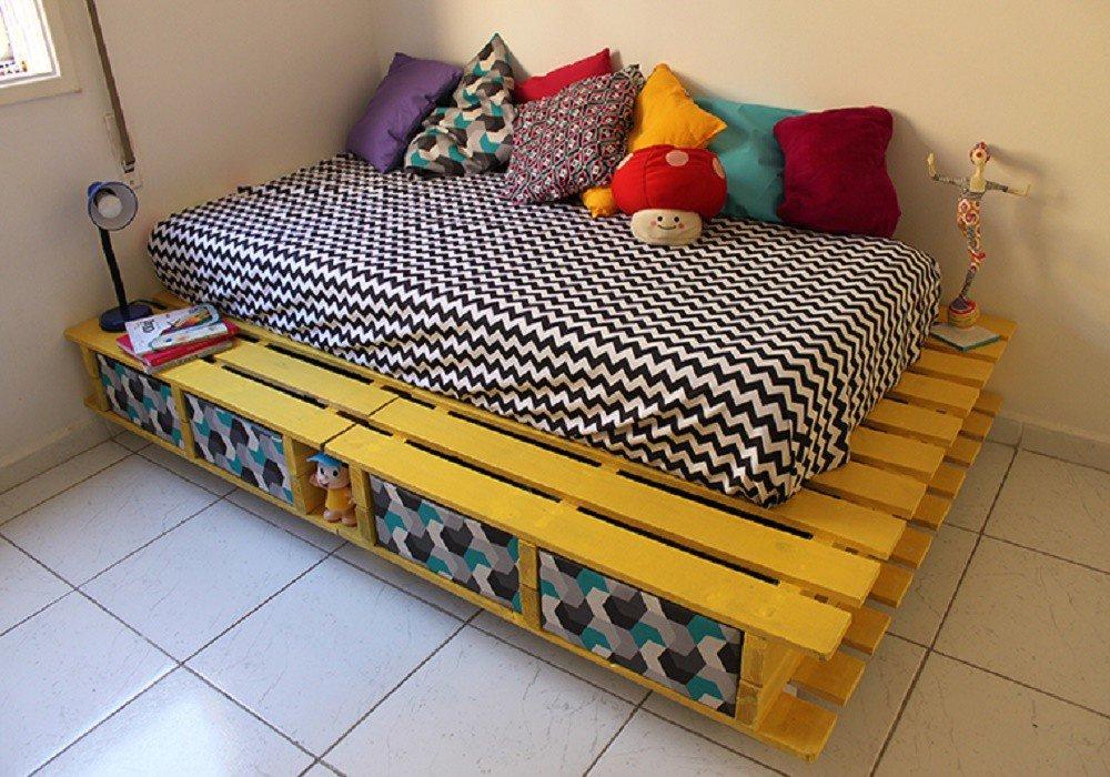 кровать из поддонов с яящиками
