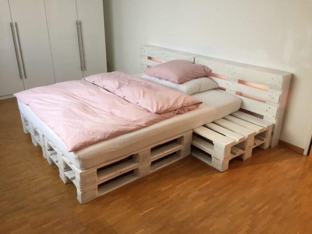 кровать из поддонов с широким изголовьем