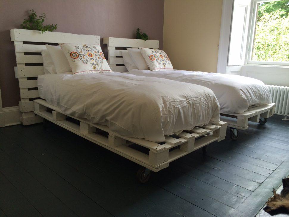 кровать из поддонов на колёсах
