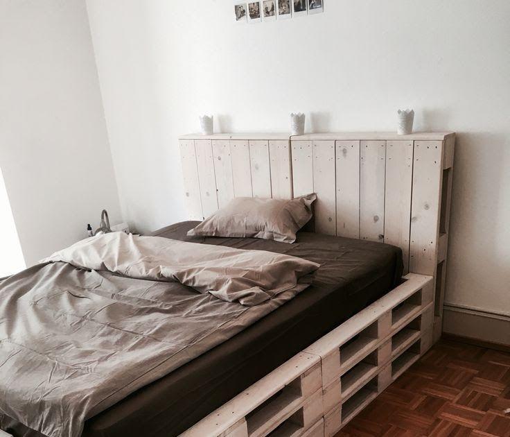 кровать из поддонов с изголовьем-полкой