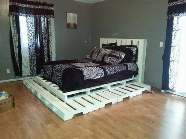 кровать из поддонов на постаменте