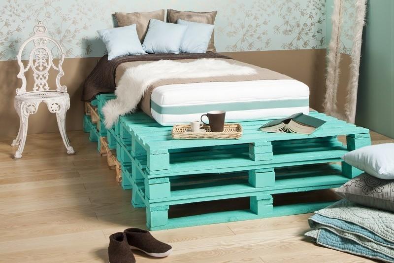 кровать из поддонов высокая цветная