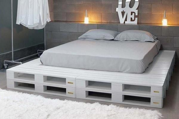 кровать из поддонов белая