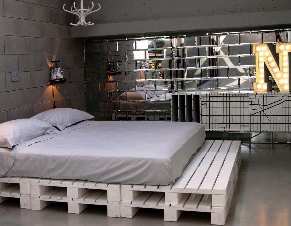кровать из поддонов с изножьем