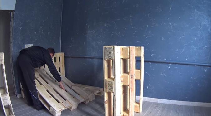 сборка кровати из паллет