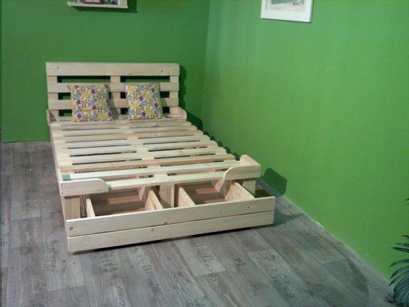 кровать из поддонов с выкатными ящиками внизу