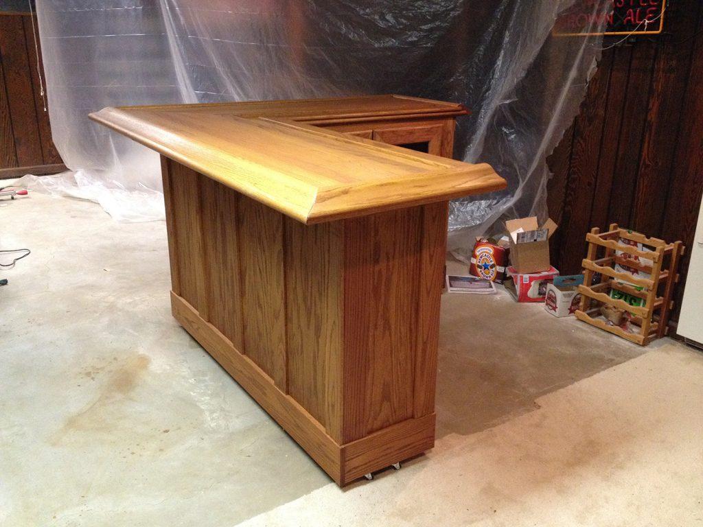 угловая барная стойка с деревянным фасадом