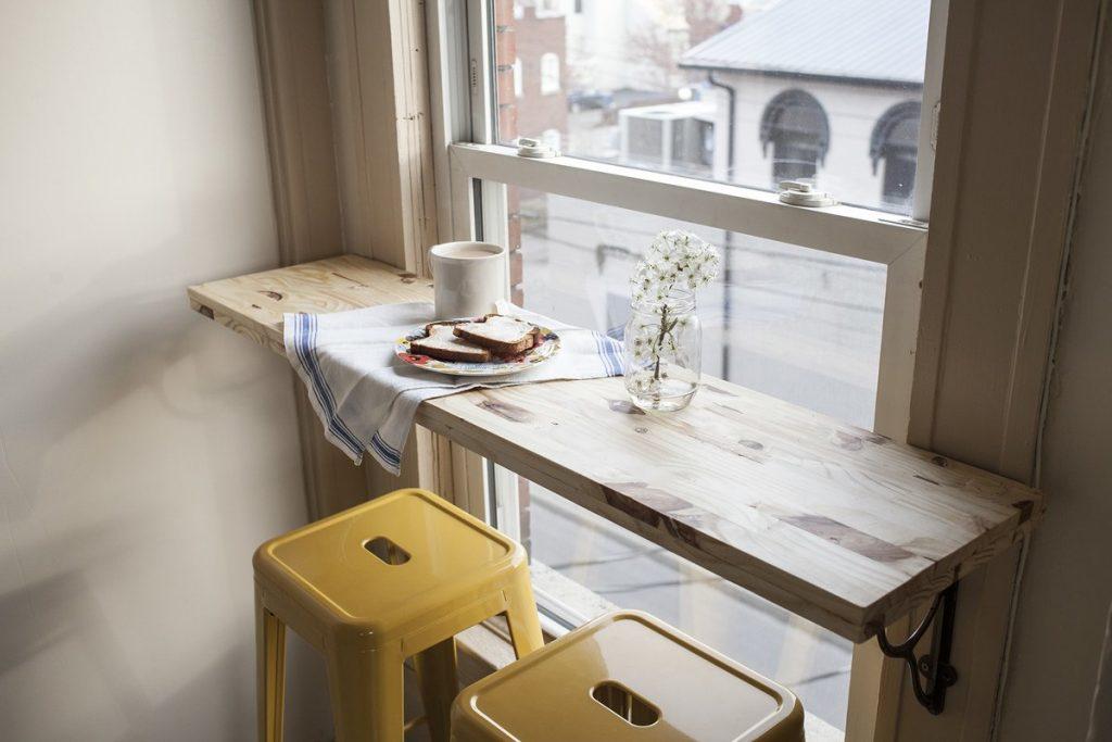 барная стойка у окна из наборной доски