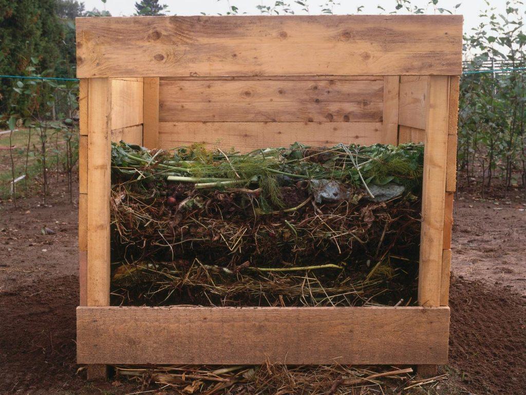 Слои компоста в ящике