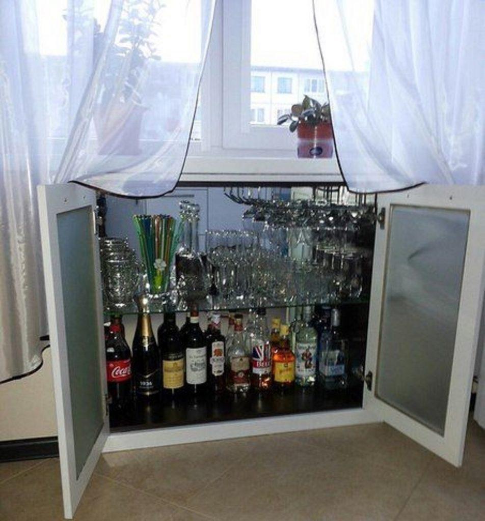 Мини-бар под окном