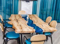 стол-река в столовой