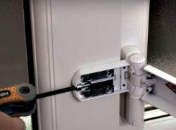 как снять пластиковую дверь с петель