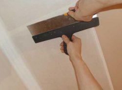 Малярный стеклохолст часто применяют для выравнивания и укрепления потолков в жилых помещениях
