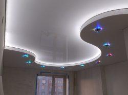 Грамотно организованное освещение улучшает эстетичность натяжного потолка, придает ему изысканность и оригинальность
