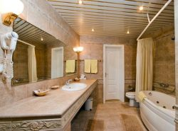 Реечные потолки в ванной комнате исключают возникновение плесени и грибков в межплиточных швах