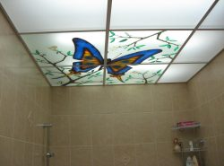 Достоинства подвесного потолка позволяют выполнить качественный ремонт, обеспечивая помещение привлекательным внешним видом на долгие годы