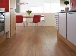 Покрытие для пола в кухне должно быть прочным, из натурального или искусственного материала, износоустойчивым, выдерживать максимальные нагрузки