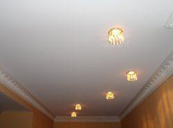 Матовый натяжной потолок поможет создать уютную атмосферу без особых финансовых и временных затрат