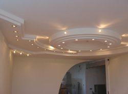 С помощью подвесного потолка можно замаскировать многие коммуникационные сооружения: трубы и электрические провода
