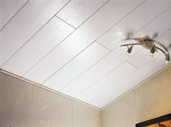 Потолки из пластиковых панелей легки в установке и использовании