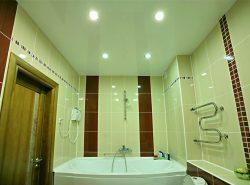 Потолок в ванной комнате, выполненный из качественных отделочных материалов, способен сохранить первоначальный внешний вид на протяжении многих лет