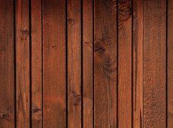 Деревянные обои придадут комнате фон загородного дома