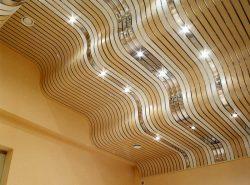 Реечное потолочное покрытие впечатляет красотой и стилем
