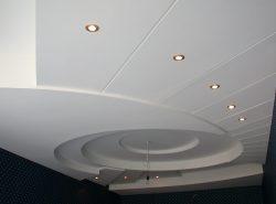 Потолочные перекрытия из ПВХ панелей зрительно расширяют пространство ванной комнаты и делают ее более эстетичной
