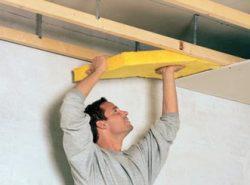 Подшивные потолки хороши тем, что их монтаж можно производить на неподготовленную и даже неровную основу